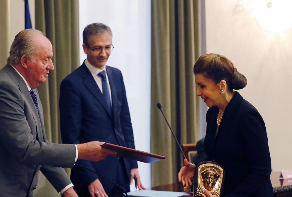 Foto: El Rey emérito, entregando en 2018 a Carmen Reinhart el premio de economía Juan Carlos I. (J. P. Gandul/EFE)