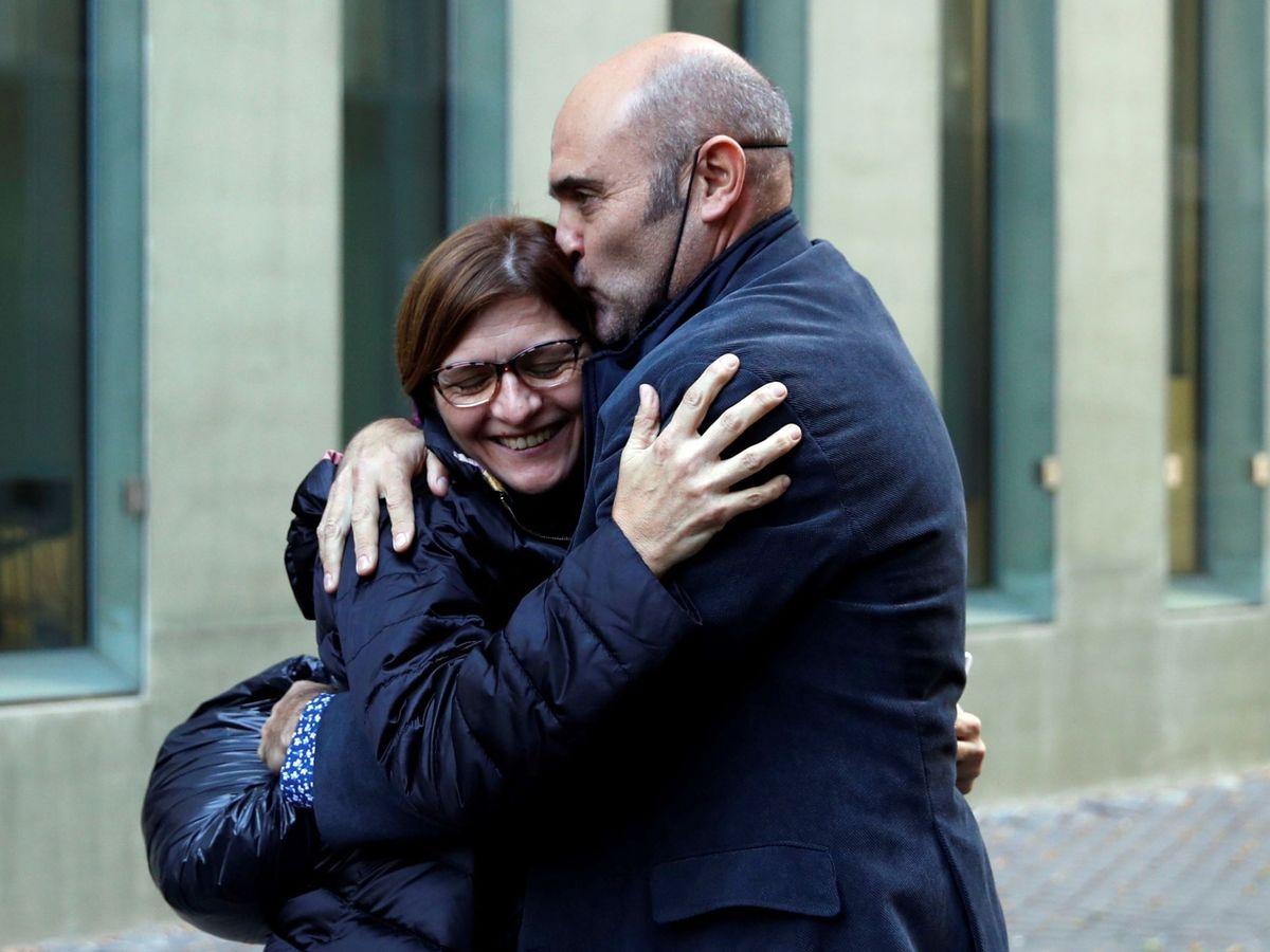 Foto: El 'exconseller' de ERC Xavier Vendrell abraza a su pareja tras ser puesto en libertad. (EFE)
