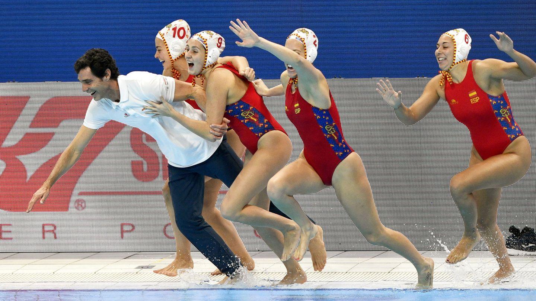 Al agua para celebrar el oro de España. (EFE)