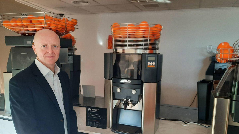 Rafael Olmos, con algunas de las máquinas de Zummo, en la sede de Moncada.