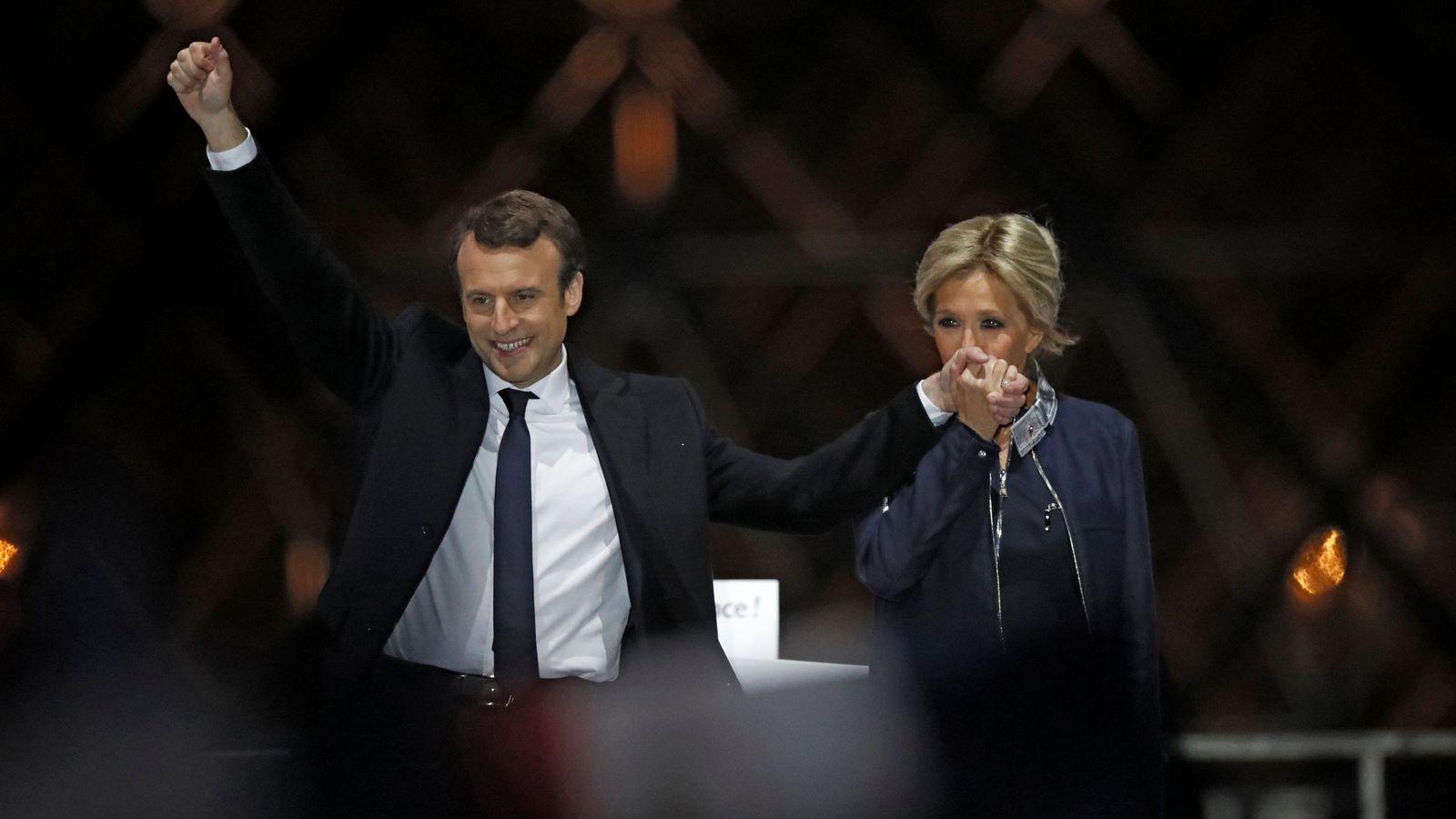 Foto: El presidente electo de Francia, Emmanuel Macron, y su mujer, Brigitte Trogneux, celebran el resultado electoral en París. (Reuters)