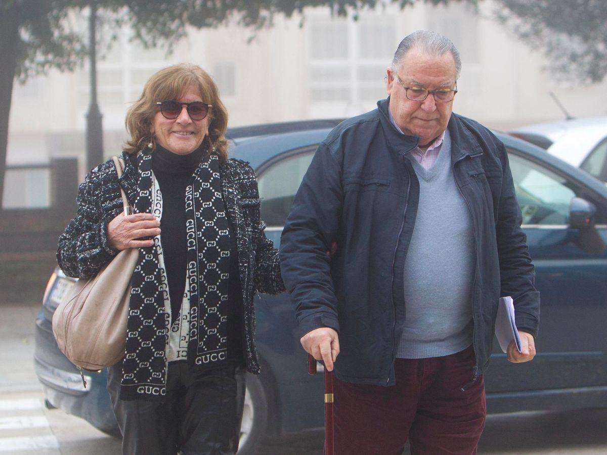 Foto: José Carlos Fernández-Cervera y Rosa Neira, padres de Déborah Fernández, llegan a los juzgados, este jueves, en Tui, Pontevedra. (EFE)