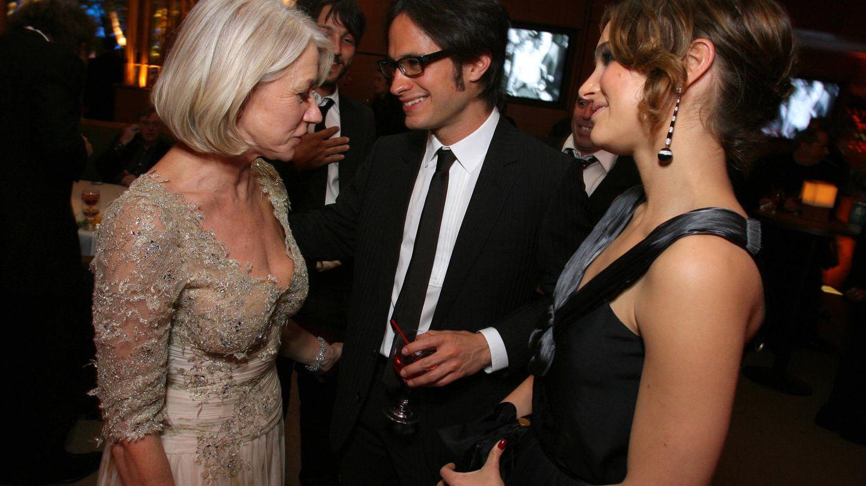 Helen Mirren con la pareja de actores en una fiesta de 'Vanity Fair'. (Getty)