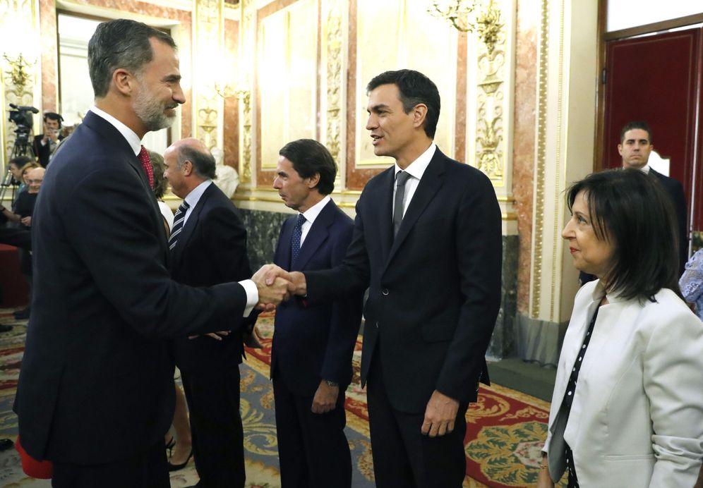 Foto: El Rey saluda a Pedro Sánchez durante la conmemoración de los 40 años de democracia, este 28 de junio en el Congreso. (EFE)