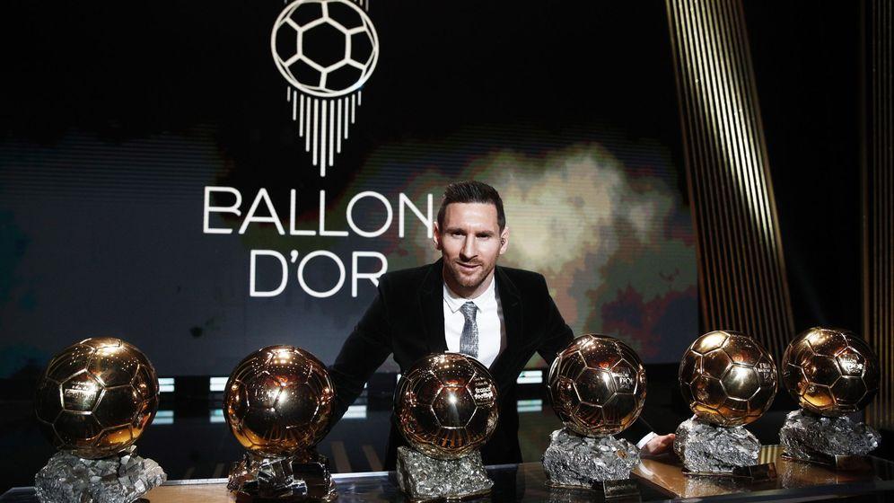 Foto: Leo Messi posa con sus seis balones de oro en el Teatro Chatelet de París. (EFE)