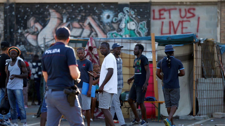 La policía italiana identifica a inmigrantes en un campamento cerca de Roma. (Reuters)