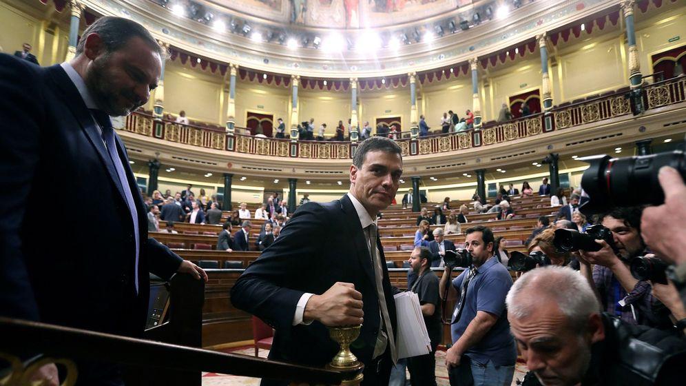 Foto: El líder del PSOE, Pedro Sánchez (c), abandona el hemiciclo tras finalizar el debate de la moción de censura. (EFE)