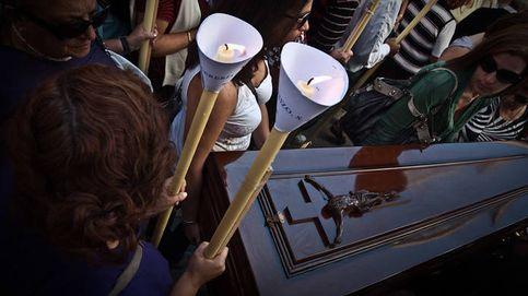 El pueblo de A Pobra (A Coruña) pasea ataúdes en la procesión de Las Mortajas