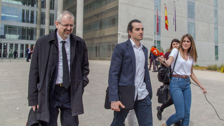 Alberto García Sola (d) sale de los juzgados junto a su abogado. Foto: EFE/Cristóbal Osete.