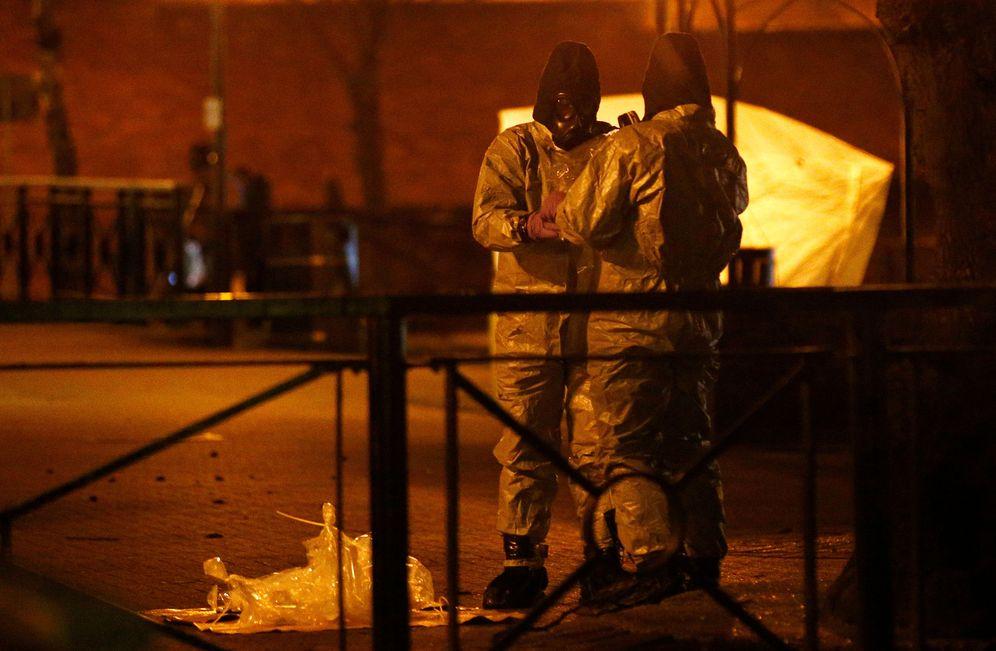 Foto: Miembros de los servicios de emergencia investigan en el lugar donde fue encontrado Skripal, en Salisbury. (Reuters)