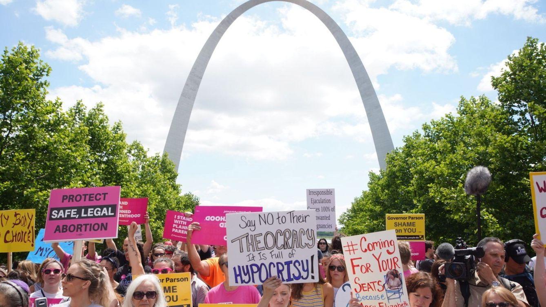 Un ayuntamiento dirigido solo por hombres en Texas prohíbe el aborto en la ciudad