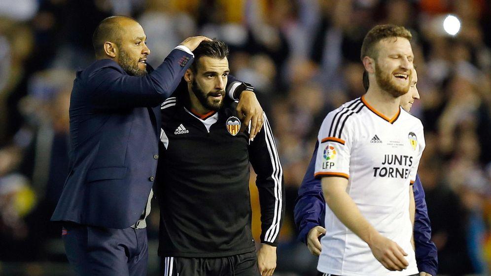 Foto: Nuno celebra con Negredo la victoria del Valencia ante el Real Madrid de la pasada temporada (EFE)