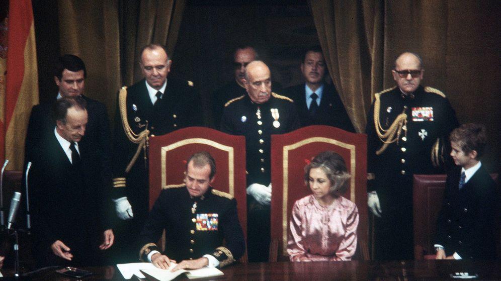 Foto: El rey Juan Carlos sanciona la Constitución de 1978. (Casa Real)