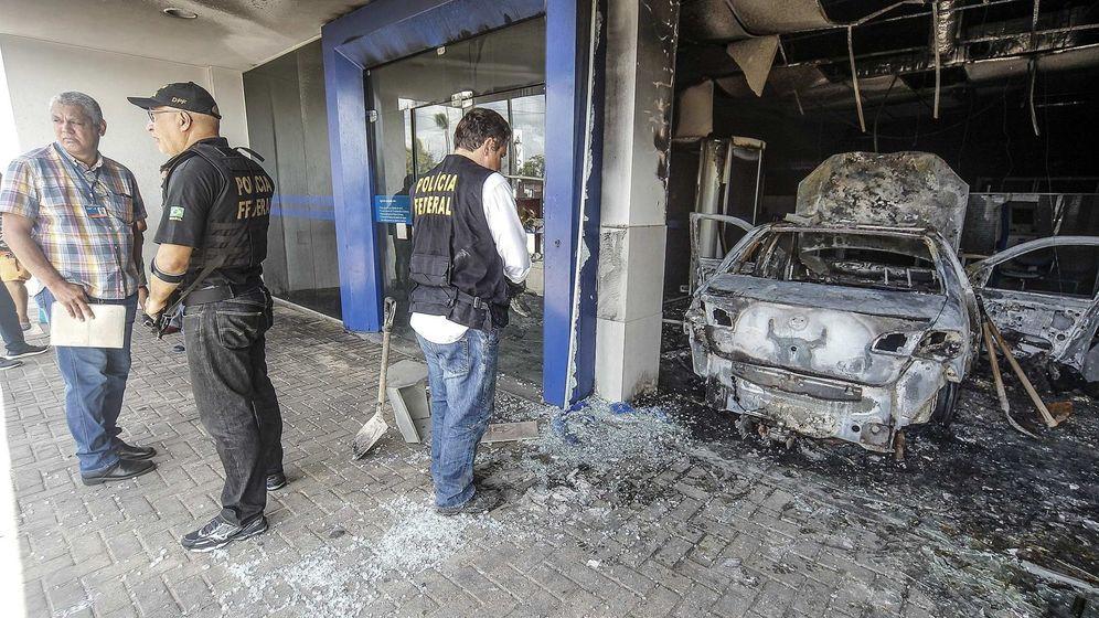 Foto: Varios policías recogen evidencias en un banco destruido por una explosión en Fortaleza, el 4 de enero de 2019. (EFE)