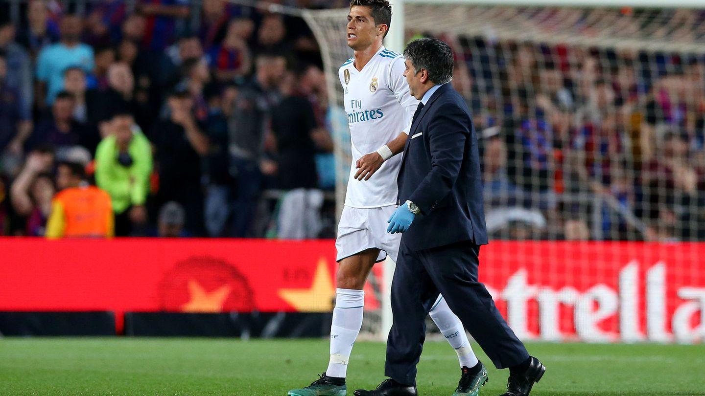 Cristiano Ronaldo se marcha dolorido a la banda en el Camp Nou. (REUTERS)