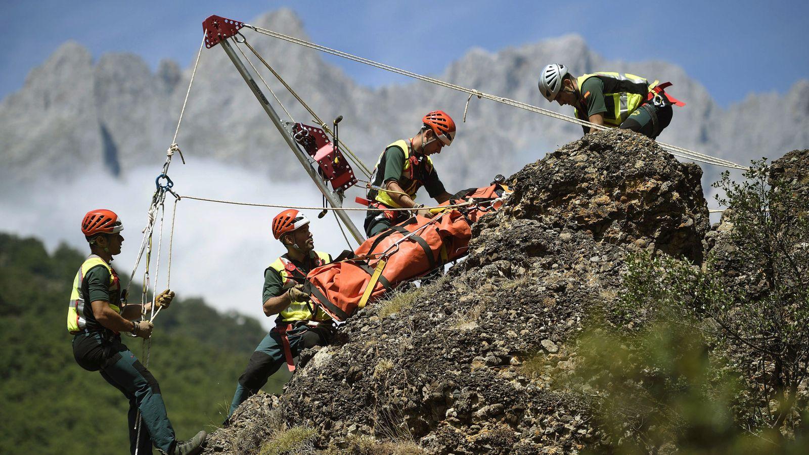 Foto: Agentes del Grupo de Rescate e Intervención en Montaña (Greim) de la Guardia Civil, durante un simulacro de rescate en el Parque Nacional de los Picos de Europa. (EFE)