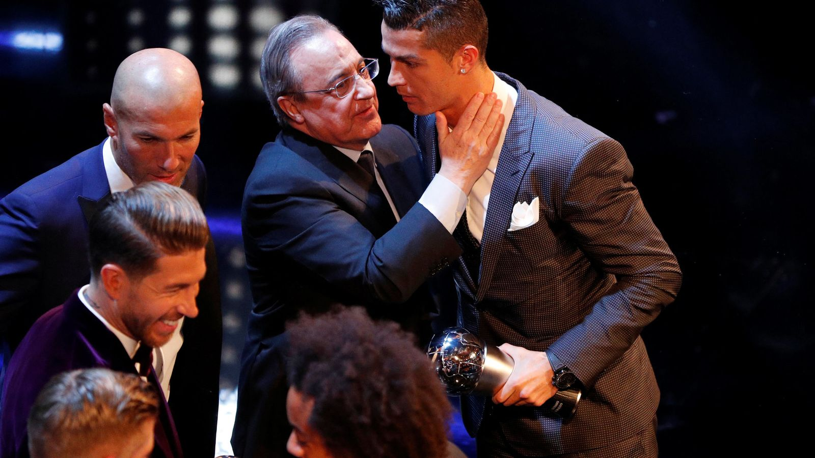 Foto: Florentino Pérez con Cristiano Ronaldo en el día que el portugués ganó el trofeo 'The Best'. (Reuters)