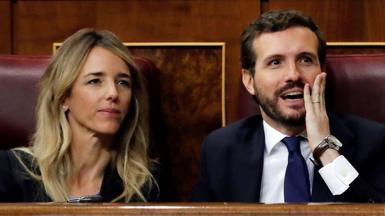 El presidente del PP, Pablo Casado, y su portavoz, Cayetana Álvarez de Toledo, reaccionan al comentario sobre 'fake news' de Pedro Sánchez (EFE)