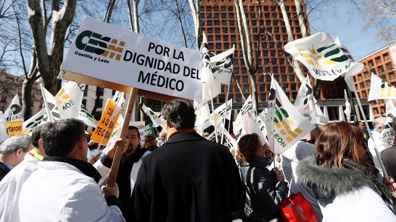 Manifestación convocada por el colectivo médico hoy a las puertas del Ministerio de Sanidad. (EFE)
