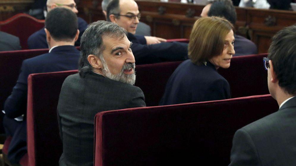Foto: Jordi Cuixart y Carme Forcadell, en una foto de archivo, durante el juicio del 'procés'. (Rueters)