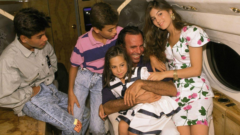 Julio Iglesias junto a sus hijos, Enrique, Julio y Chábeli, y Tamara Falcó. (Getty)