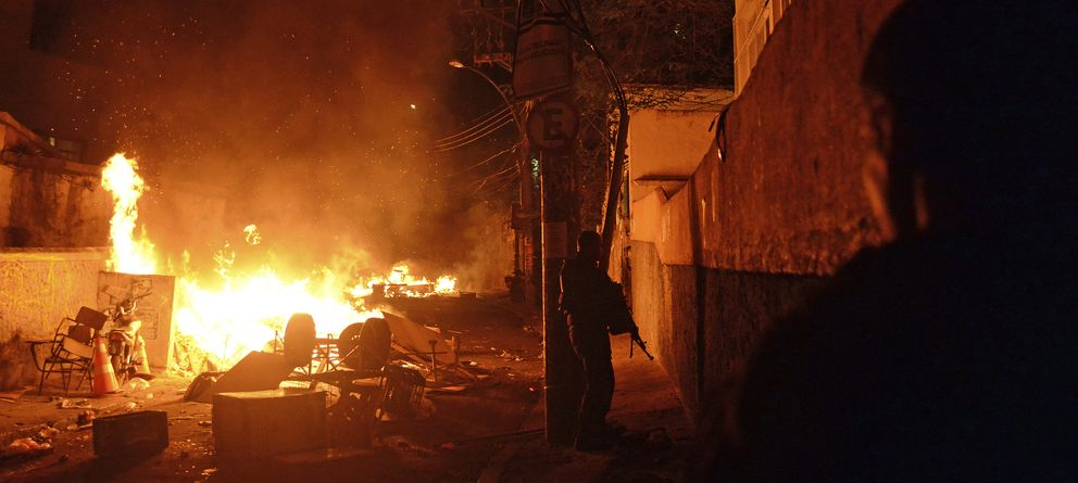 Foto: Agentes de la policía toman posiciones durante una protesta en la favela de Pavao-Pavaozinho, en Copacabana (Reuters).