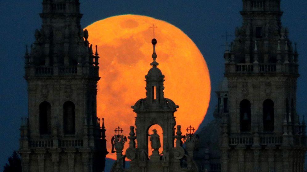Foto: Superluna sobre Santiago de Compostela. (Efe)