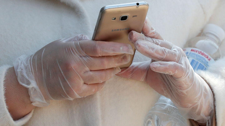 Una mujer utiliza su teléfono móvil en Kiev. (Reuters)