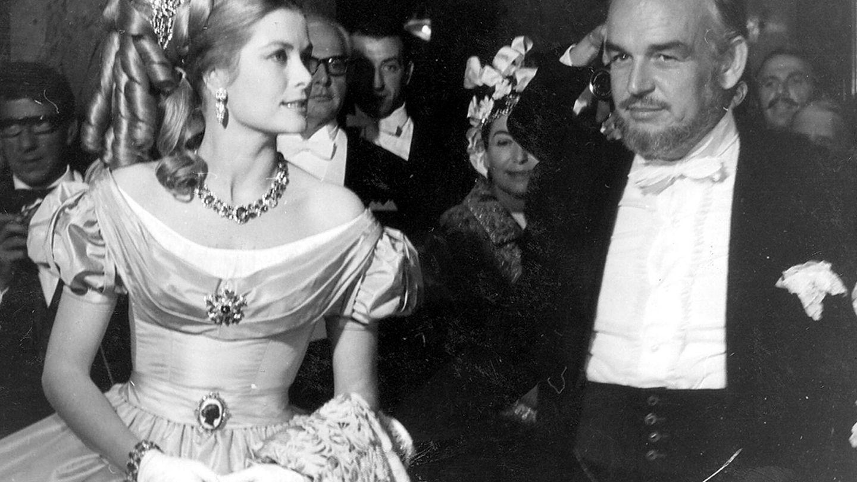 La princesa Grace y el príncipe Raniero III durante el Baile de la Rosa del Centenario, en el Casino de Montecarlo (27 de mayo de 1966. (EFE)