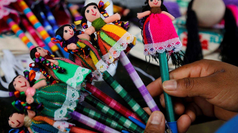 Fotografía de productos artesanales elaborados por mujeres indígenas, el 8 de septiembre de 2020, en una colonia multicultural de la localidad de Cuexcomatitán, en Tlajomulco, estado de Jalisco (México). Elizabeth Valdéz abrió una biblioteca en su casa para enseñar español y otras lenguas a niños del municipio mexicano de Tlajomulco en el que conviven, como si fuera una torre de Babel moderna, siete etnias indígenas que llegaron a la ciudad en busca de trabajo. Este lugar se llama Cuexcomatitlán, al lado de la laguna de Cajititlán, y en él se entremezclan las lenguas indígenas otomí, mixteco, maya, purépecha, triqui, huasteca y wixárika, en un esfuerzo colectivo por entenderse y organizarse. (EFE)