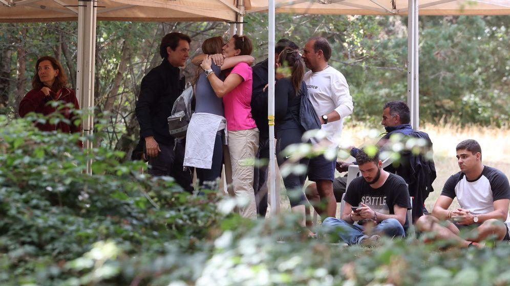 Foto: La familia de la desaparecida Blanca Fernández Ochoa, este lunes, durante el dispositivo de búsqueda exesquiadora. (EFE)