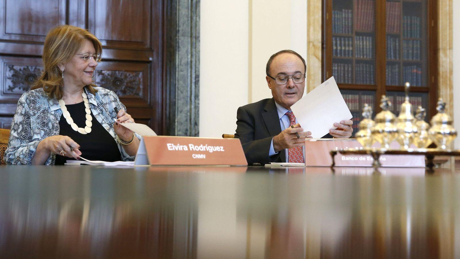 Foto: La presidenta de la CNMV, Elvira Rodríguez (i), y el gobernador del BdE, Luis María Linde. (EFE)