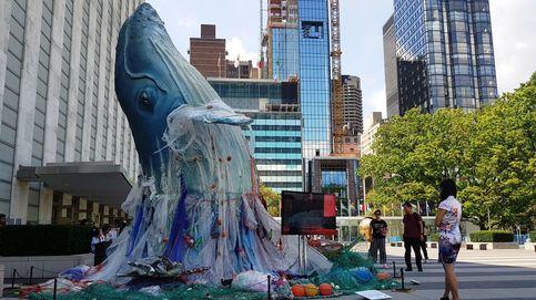 Una ballena envuelta en plásticos en el patio de la ONU para concienciar sobre los océanos