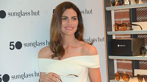 Amaia Salamanca revisita la camiseta blanca y los jeans en una original apuesta
