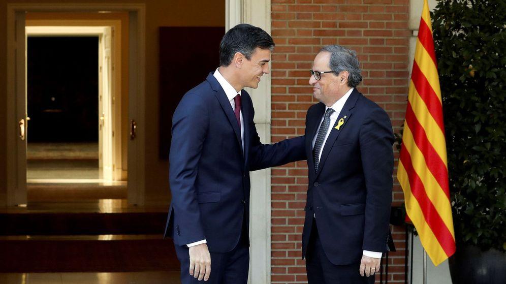 Foto: El presidente del Gobierno, Pedro Sánchez, y el 'president' de la Generalitat, Quim Torra, se saludan antes de su reunión en julio en La Moncloa. (EFE)