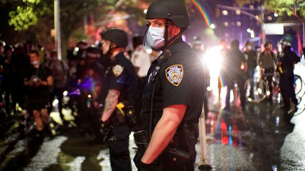 Foto: Oficiales de policía en Nueva York, durante las protestas por la muerte de George Floyd. (Reuters)