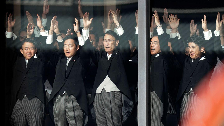 Los invitados loan a su emperador. (Reuters)