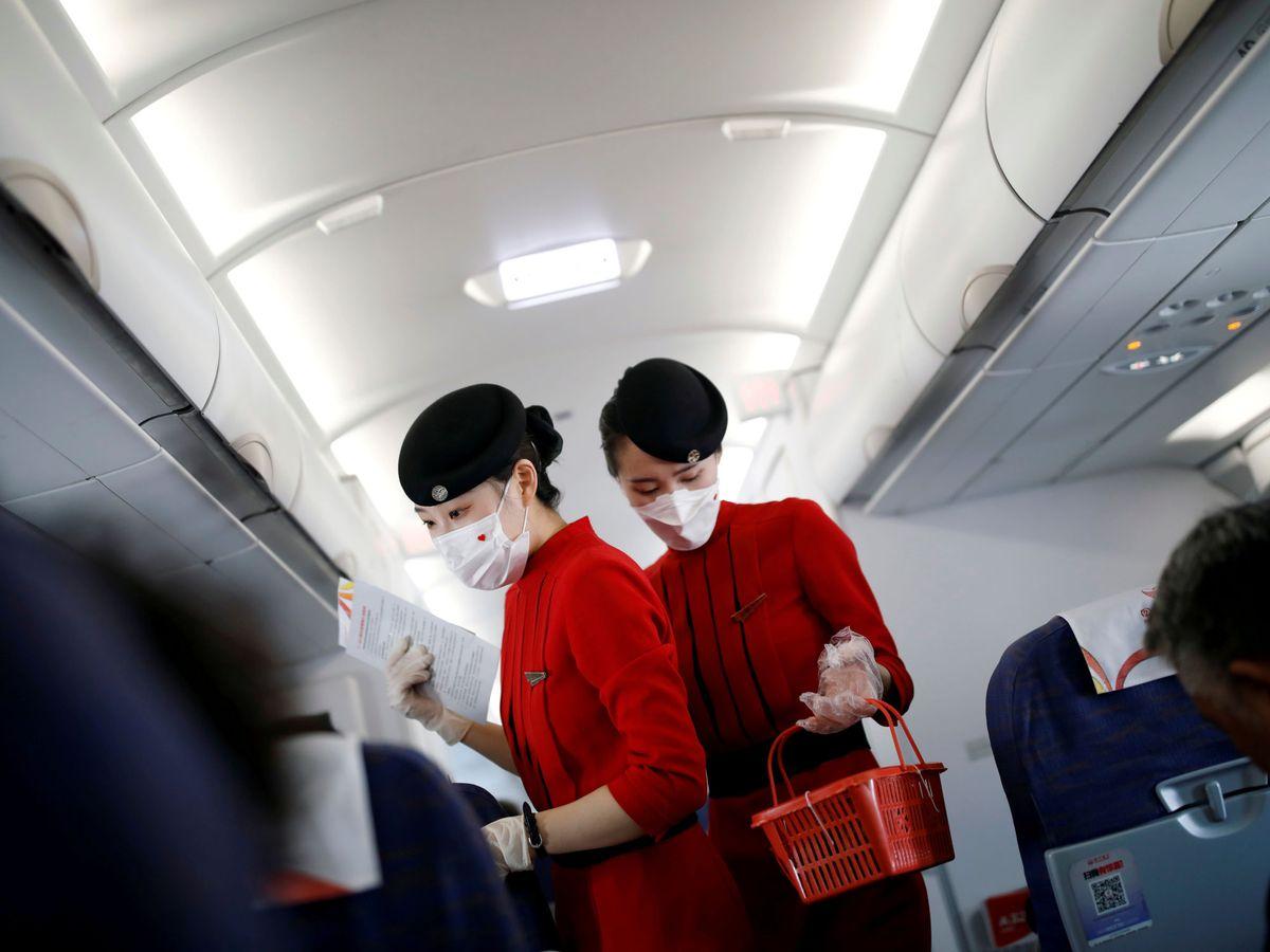 Foto: Azafatas de una compañía aérea en el aeropuerto de Xichang Qingshan. (Reuters)