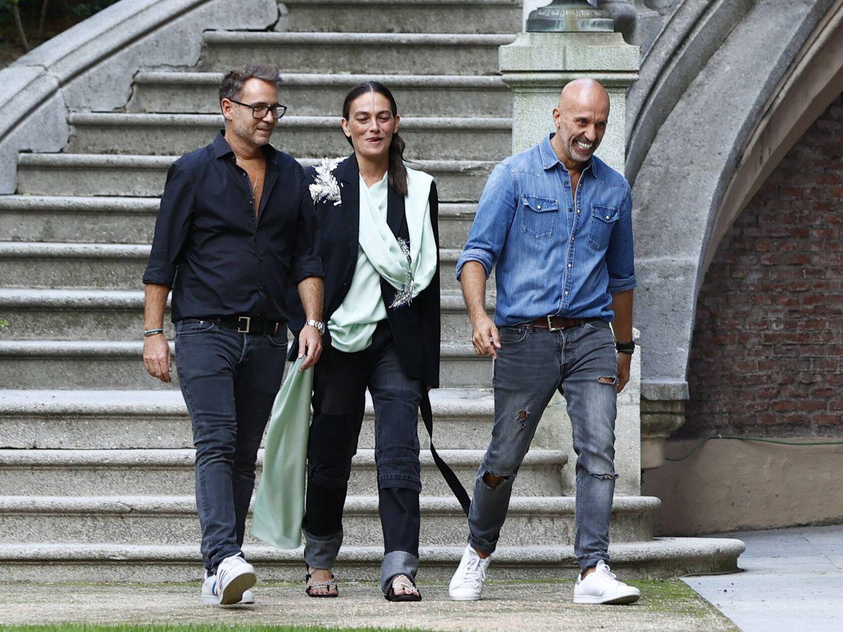 Foto: Laura Ponte, con los diseñadores. (Gtres)