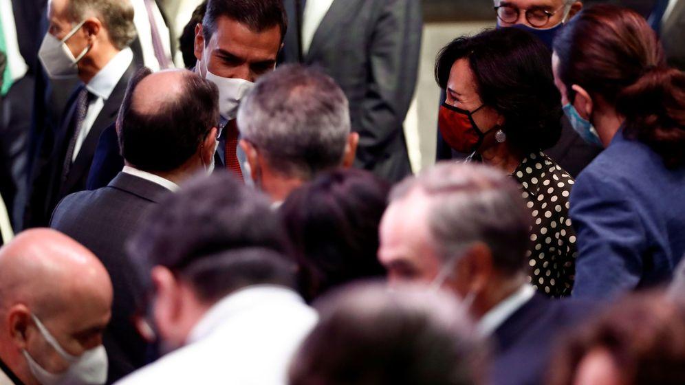 Foto: El presidente del Gobierno, Pedro Sanchez (c) conversa con la presidenta del Banco Santander, Ana Patricia Botín (d), y el presidente de Iberdrola, José Ignacio Sanchez Galán (i, de espaldas), entre otros asistentes.