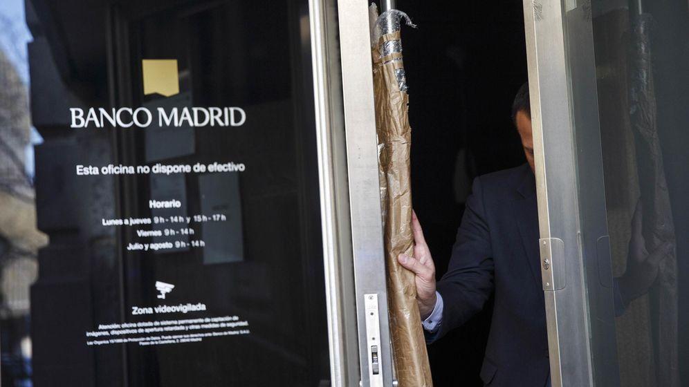 Foto: Un hombre sale de una sucursal de Banco Madrid. (Reuters)