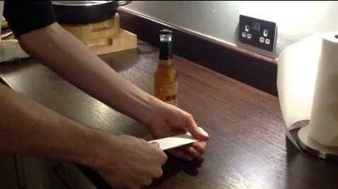 Cómo abrir un botellín de cerveza con una hoja de papel