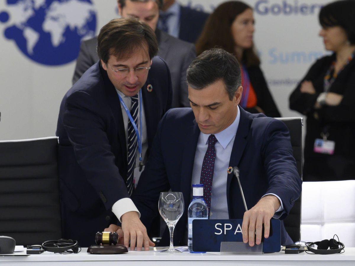 Foto: Albares, junto a Sánchez, en una cumbre del clima celebrada en el año 2019. (Moncloa)