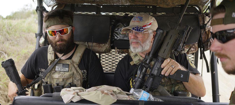 Foto: Miembros de un grupo denominado Patriots (Patriotas) patrullan cerca de la frontera mexicana en Brownsville, Texas, el 2 de septiembre (Reuters).