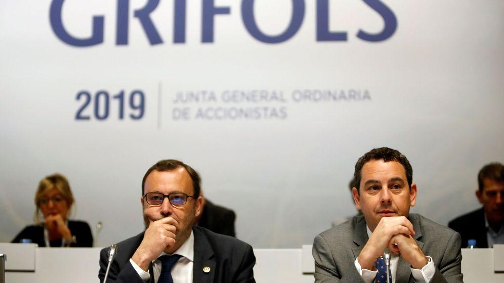 Foto: Los consejeros delegados de Grifols, Raimon Grifols (i) y Víctor Grifols Deu (d). (EFE)