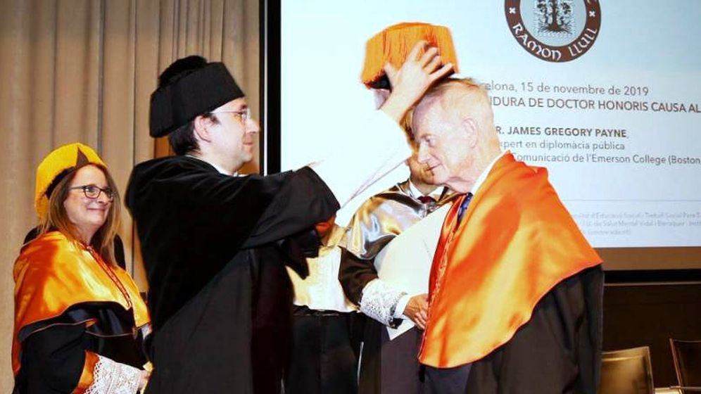 Foto: Momento en el que doctor James Gregory Payne recibe el honoris por la Universidad Ramon Llull.