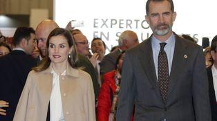 La Reina Letizia se echa el abrigo y algunos años encima en Agroexpo
