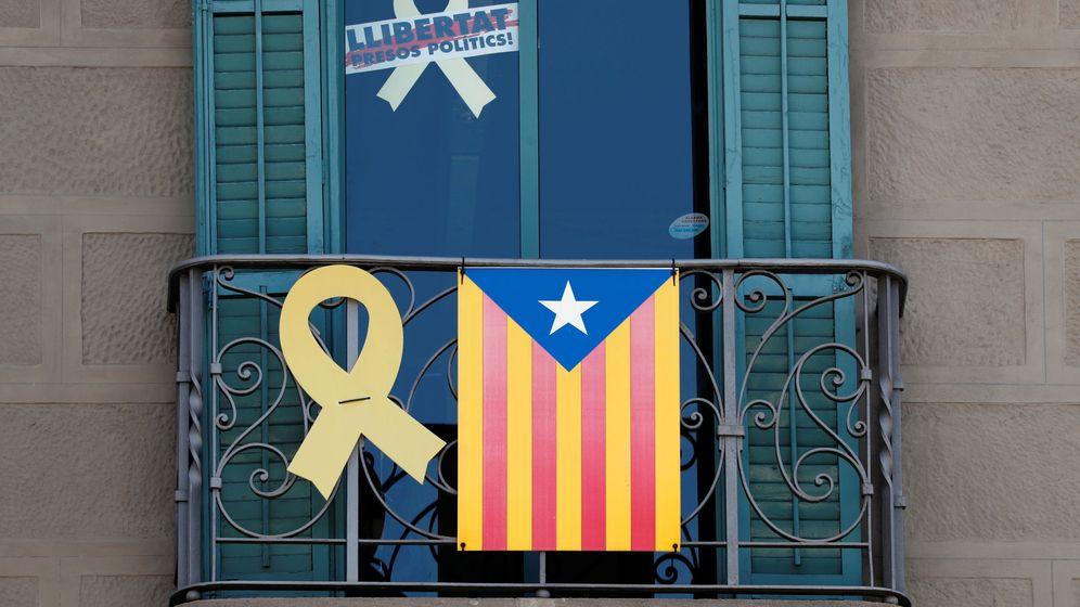 Foto: Una Estelada, cintas y un letrero que decía ¡Prisioneros políticos libres!. (Reuters)
