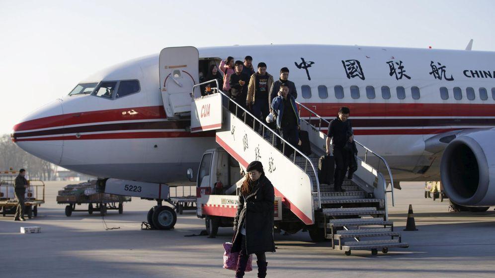 Foto: Pasajeros desembarcando de un avión de China United Airlines. (Reuters)