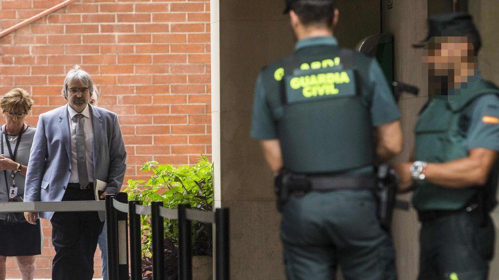 Foto: El secretario general de Presidencia, Joaquim Nin (i) a su salida tras prestar declaración por los preparativos del referéndum del 1-O este miércoles. (EFE)